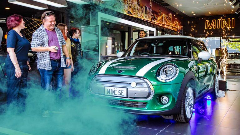 Mini delivers first Cooper SE electric hatch and introduces mobility package